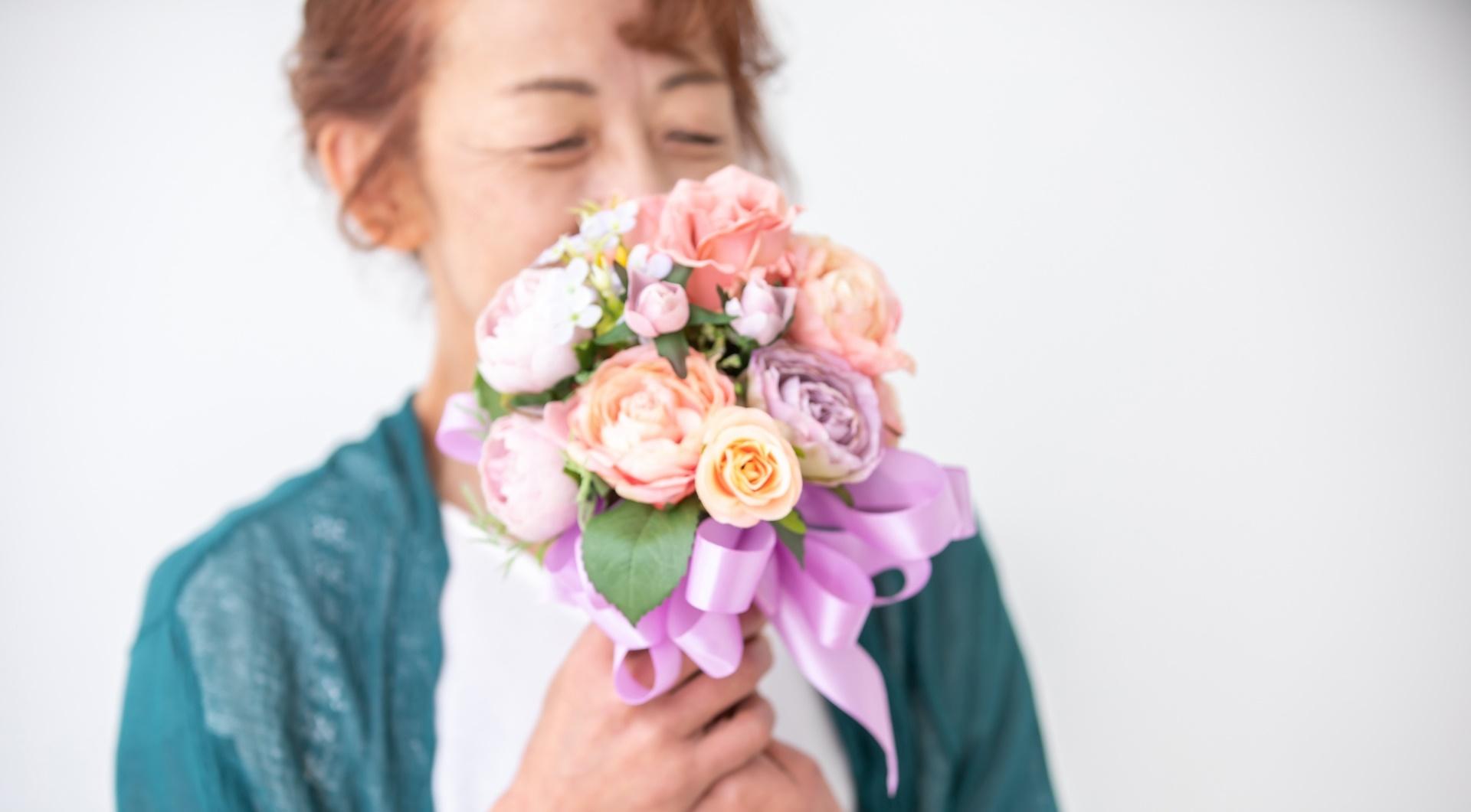 花束を持つおばあちゃん