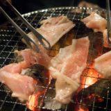 網で肉を焼く