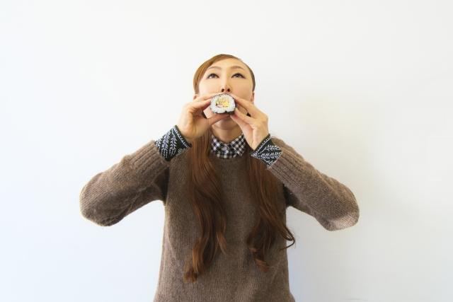 恵方巻 食べる 女性