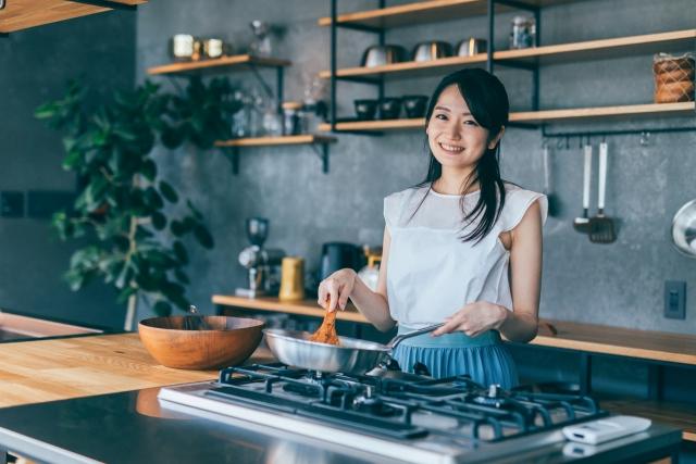 女性 料理 キッチン
