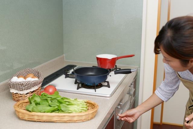 女性 フライパン キッチン